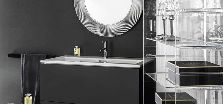 Revêtement noir dans la salle de bains