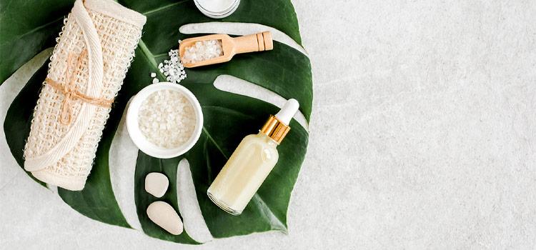 Plusieurs produits de bien-être étalés sur un feuille de palmier