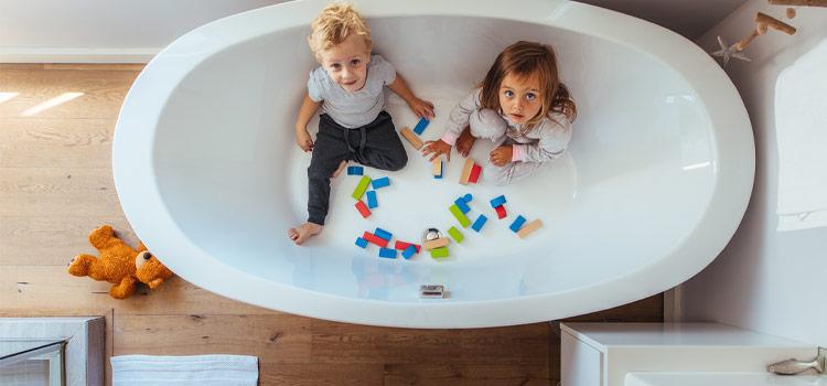 deux enfants dans une baignoire de salle de bains