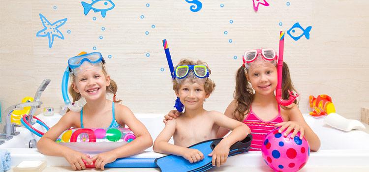 trois enfants dans la baignoire de salle de bains avec des motifs colorés