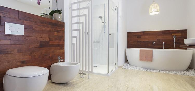 salle de bains en bois avec quelques touches de pierre