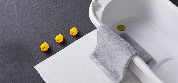 moquette de couleur de grise posée dans la salle de bains
