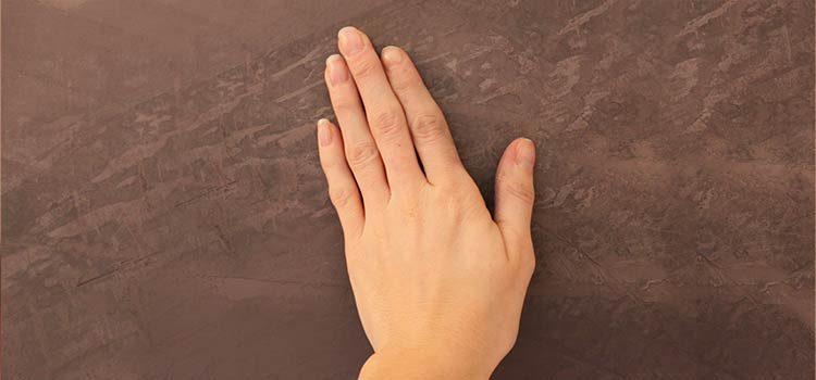 main posée sur la matière tadelakt