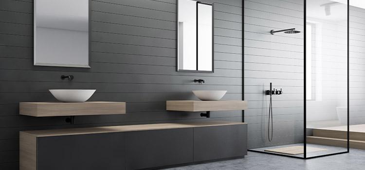 salle de bains complète avec une cabine de douche possédant des parois en verre
