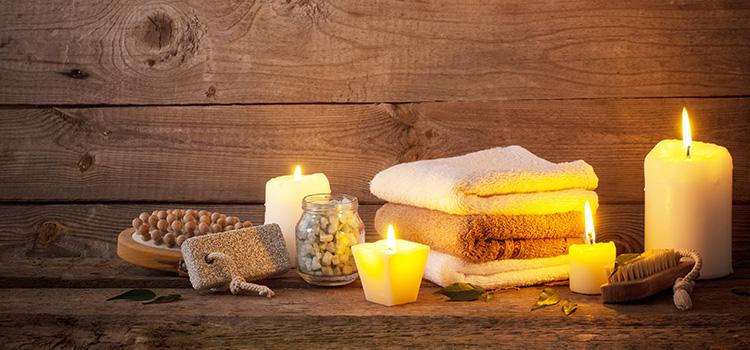 accessoires de salle de bains tels que des serviettes, des bougies, des brosses, etc