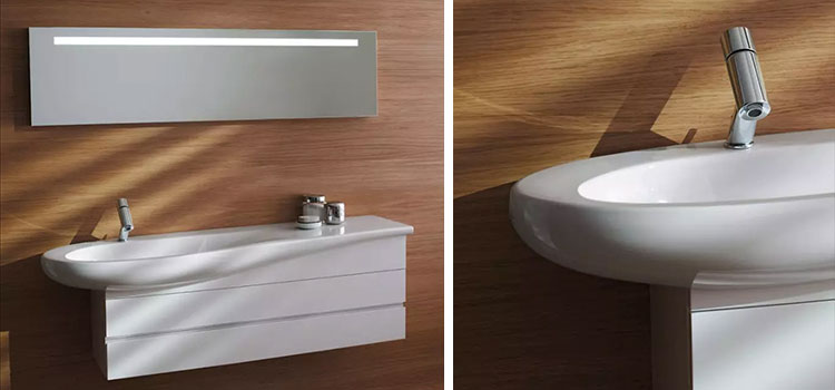meuble sous vasque de couleur blanche installé sur un mur effet bois