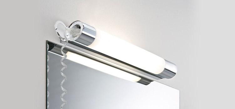luminaire de salle de bains haut dessus du miroir