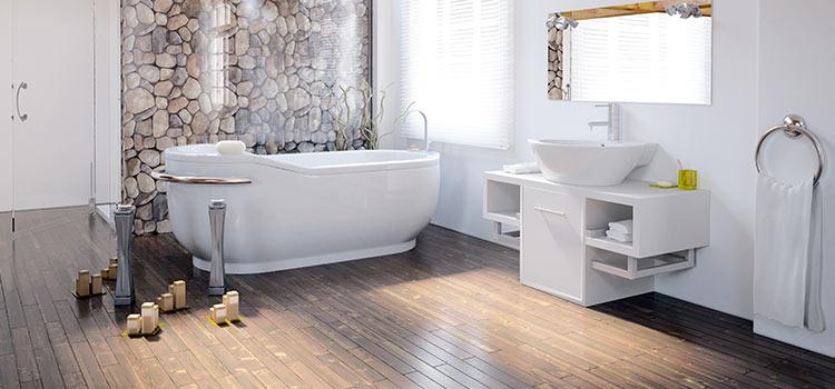 salle de bains avec parquet au sol