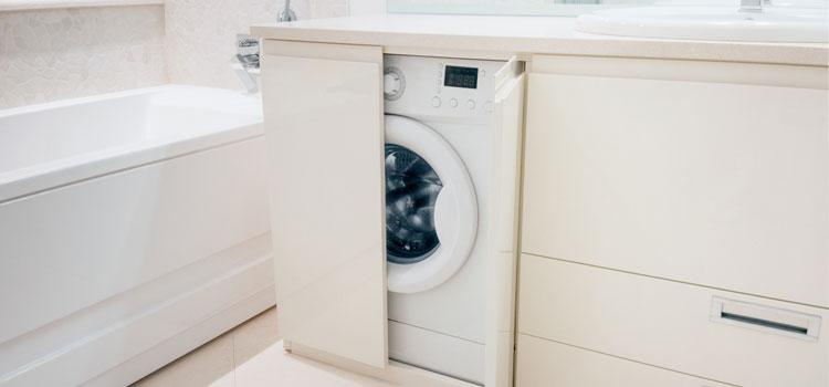 machine à laver dans la salle de bains