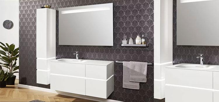 meuble de salle de bains de couloir blanc avec porte serviette mural et miroir lumineux