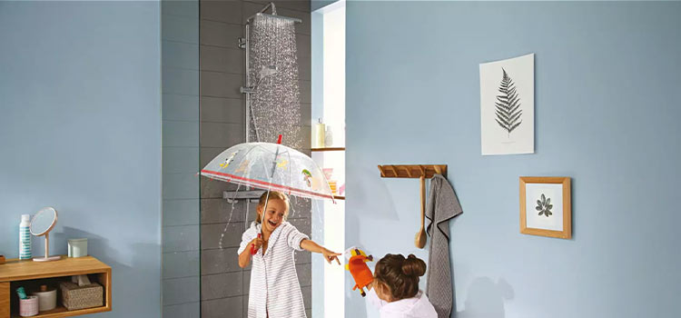 petite fille avec un parapluie sous la douche