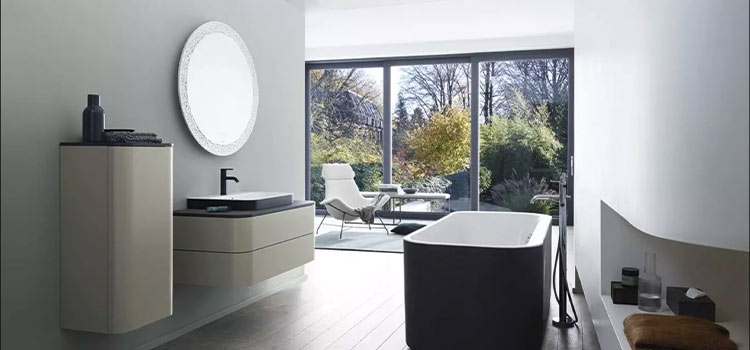 salle de bains avec vue sur une forêt extérieur