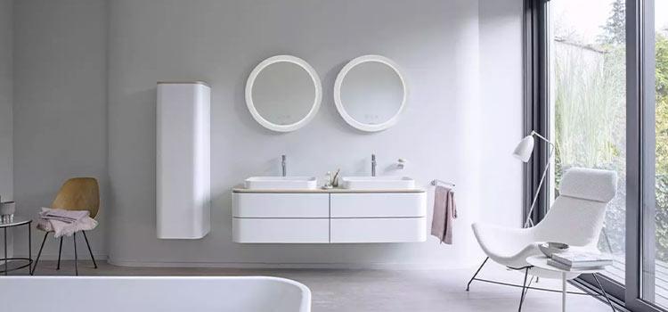 salle de bains complète de couleur blanche