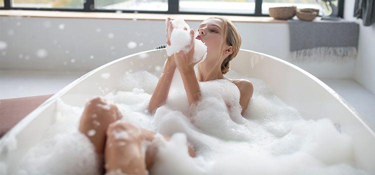 femme profitant d'un bain moussant