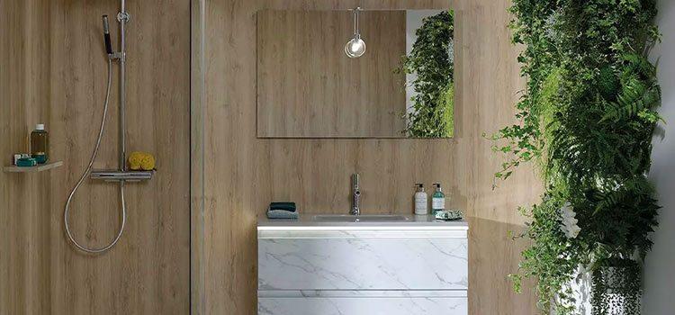 miroir salle de bains sur un mur effet bois