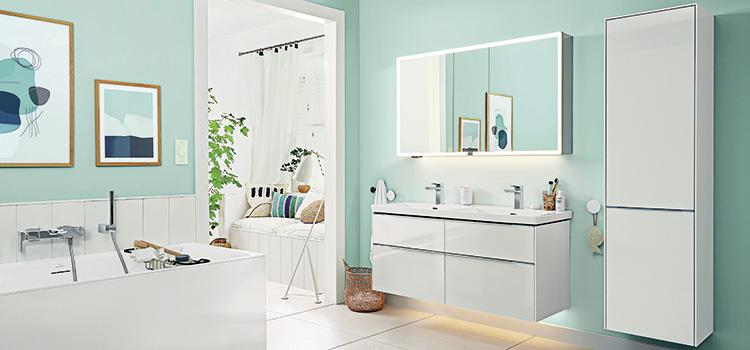 salle de bains de couleur blanche