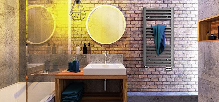 salle de bains avec mur en brique et miroir rond