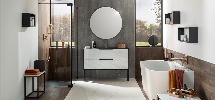 salle de bains avec miroir arrondi