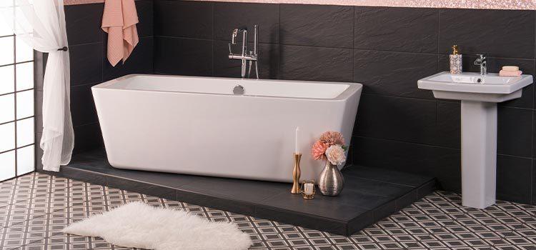 lavabo sur colonne installé dans une salle de bains