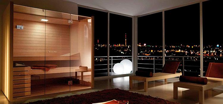 salle de bains vitrée avec vue sur la ville