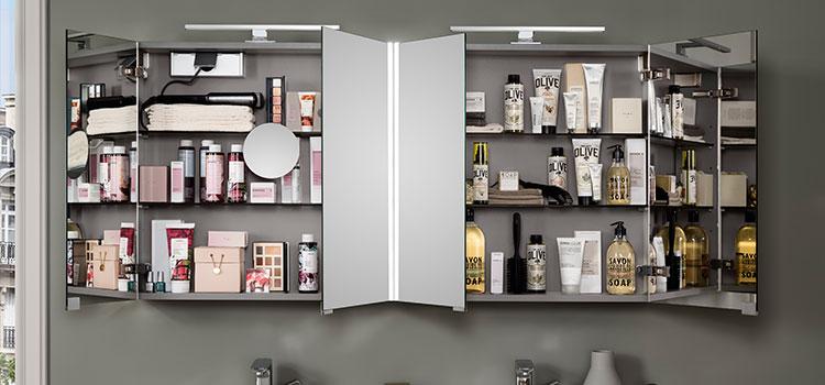 armoire de toilette avec les produits d'hygiène