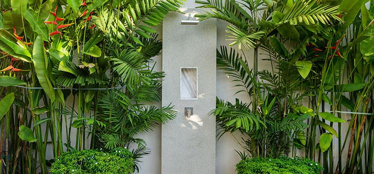 espace douche installé dans le jardin